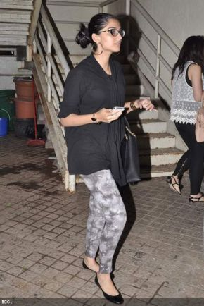 Sonam-Kapoor-during-the-screening-the-movie-Skyfall-held-at-PVR-Cinema-in-Mumbai-on-November-1-2012-[1]